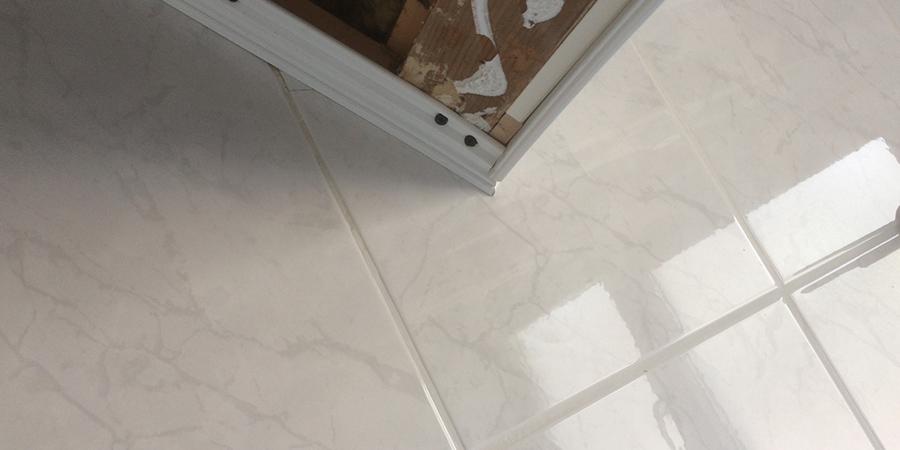 Vloertegels Badkamer Wit ~ Plameco plafond in badkamer plaatsen  Geers Zonwering